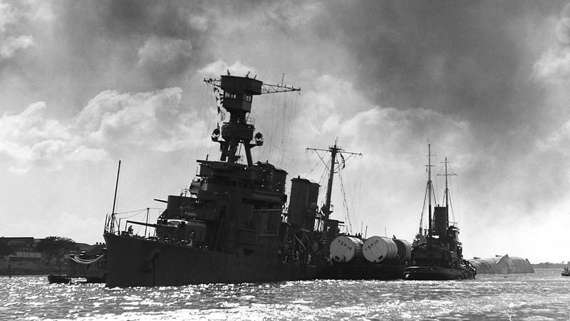 Tàu USS Raleigh bị nghiêng sau khi trúng ngư lôi của Nhật. Ảnh: WIKIPEDIA