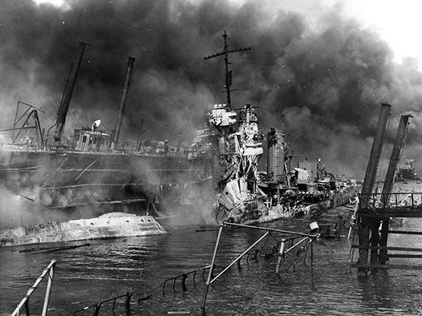 Tàu USS Shaw hứng 3 quả bom trong trận Trân Châu Cảng. Ảnh: DRIVE