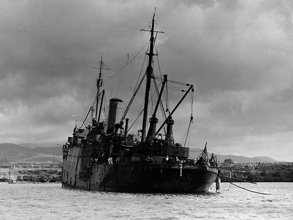 Tàu USS Vestal hứng 2 quả bom trong trận Trân Châu Cảng. Ảnh: THE DRIVE