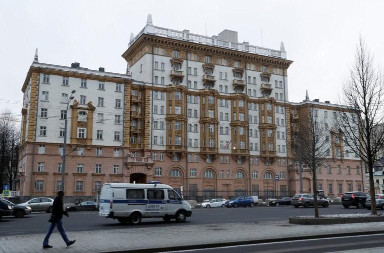Đại sứ quán Mỹ tại Moscow (Nga) ngày 3-12. Ảnh: Reuters