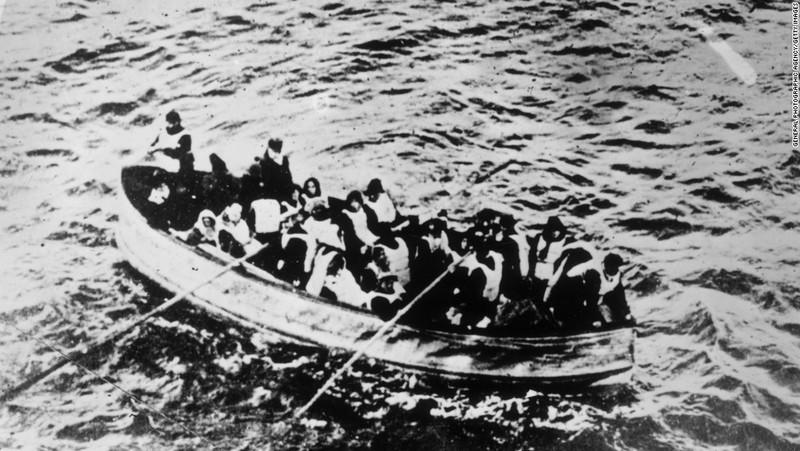 Người sống sót trên tàu cứu sinh, sau khi con tàu chìm chỉ sau chưa đầy 4 tiếng va phải băng. Ảnh: CNN