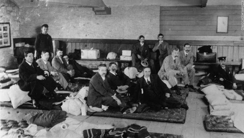 Người sống sót được đưa về TP Plymouth (Anh) ngày 1-5-1912. Ảnh: CN