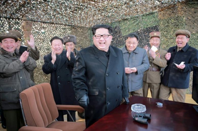 Lãnh đạo Triều Tiên Kim Jong-un (giữa) trong một lần chỉ đạo thử tên lửa. Ảnh: KCNA