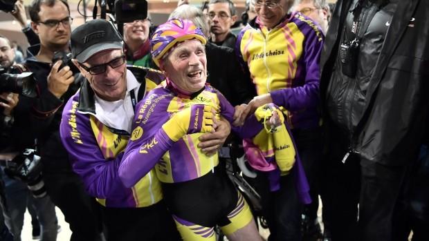 Niềm vui của cụ ông 105 tuổi, Marchand Robert, khi hoàn thành chặng đường 22km hôm 4-1. Ảnh: GETTY IMAGES