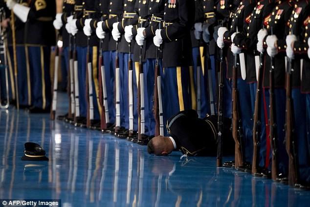 Lính Mỹ ngất xỉu trong buổi lễ chia tay các lực lượng vũ trang của Tổng thống Barack Obama. Ảnh: GETTY IMAGES
