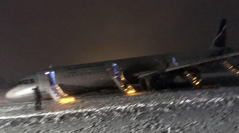 Chiếc Airbus A320 bất ngờ trượt khỏi đường băng 150m khi hạ cánh trong tình trạng tuyết rơi dày đặc. Ảnh: SPUTNIK