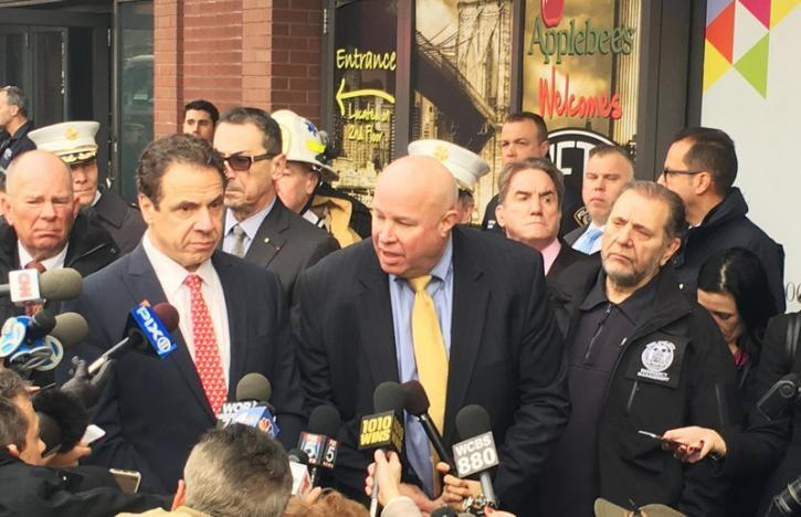 Thống đốc New York Andrew Cuomo (trái) nói chuyện với báo chí sau vụ tai nạn. Ảnh: REUTERS