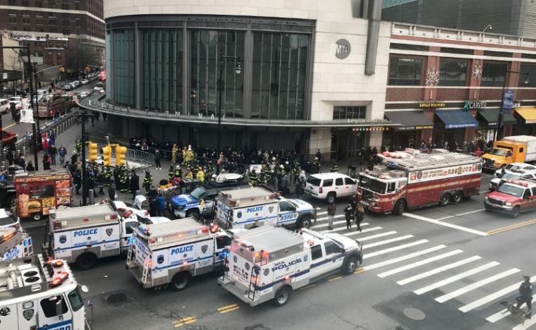 Xe cấp cứu tập trung ở nhà ga Atlantic đưa người bị thương đi cấp cứu. Ảnh: REUTERS