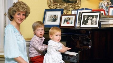 Công nương Diana và hai Hoàng tử William và Harry tại Cung điện Kensington. Ảnh: GETTY IMAGES