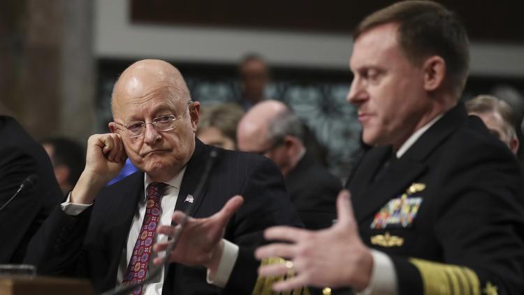 Giám đốc Cơ quan Tình báo Quốc gia James Clapper (trái) và Giám đốc Cơ quan An ninh Quốc gia Michael Rogers điều trần trước Ủy ban Quân vụ Thượng viện Mỹ ngày 5-1. Ảnh: AP