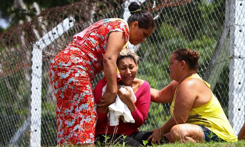 Vợ một tù nhân bị giết trong vụ bạo động tại nhà tù Anisio Jobim ngày 2-1. Ảnh: AP
