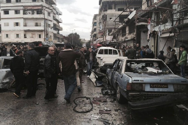 Hiện trường đánh bom ở Jableh (tỉnh Latakia, Syria) ngày 5-1 làm 11 người chết, 35 người bị thương - vụ đánh bom đầu tiên từ khi thỏa thuận ngừng bắn mới được thực hiện. Ảnh: AP