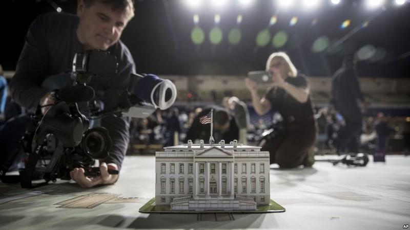 Chụp hình mô hình Nhà Trắng chuẩn bị phục vụ lễ nhậm chức của ông Trump. Ảnh: AP