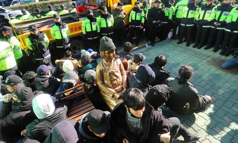 """Bức tượng """"phụ nữ mua vui"""" được đặt bên ngoài lãnh sự quán Nhật Bản ở thành phố Busan. Ảnh: AFP"""