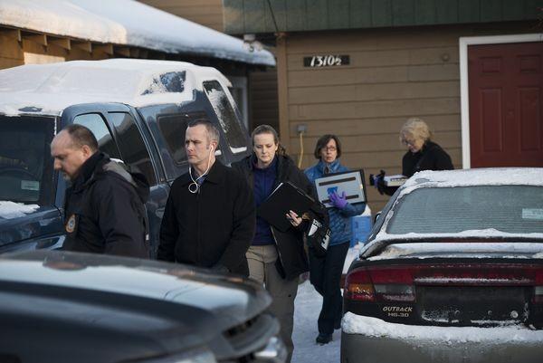 Cảnh sát khám nhà Santiago ở Anchorage (Alaska). Ảnh: ADN