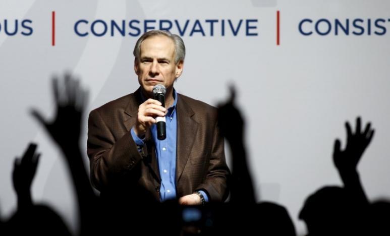 Thống đốc Greg Abbott phát biểu trong một buổi vận động tranh cử tổng thống của nghị sĩ Ted Cruz ngày 29-2-2016. Ảnh: REUTERS