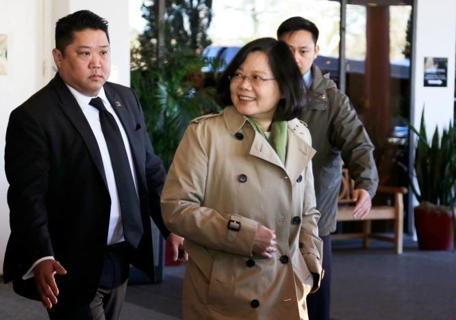 Lãnh đạo Thái Anh Văn rời khách sạn Omni Houston trong thời gian bà quá cảnh ở Houston (Texas, Mỹ) ngày 7-1. Ảnh: REUTERS