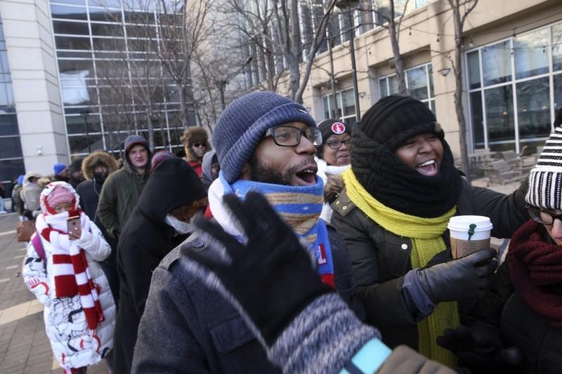 Người dân xếp hàng ngoài trung tâm hội nghị trong thời tiết giá lạnh ở Chicago mua vé tham dự sự kiện phát biểu chia tay của Tổng thống Obama, ngày 7-1. Ảnh: AP