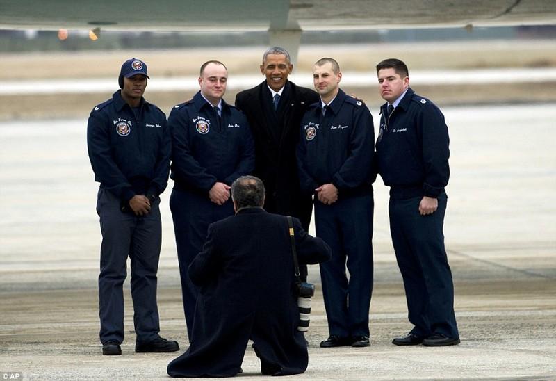 Tổng thống Obama chụp hình với phi hành đoàn chiếc Không lực Một ngày 10-1. Ảnh: AP