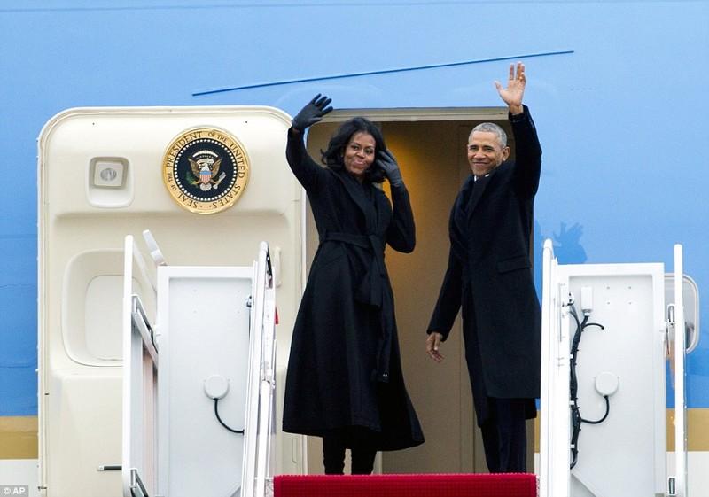 Vợ chồng Tổng thống Obama trên chiếc Không lực Một ngày 10-1. Ảnh: AP