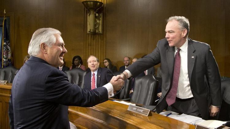Ông Rez Tillerson (trái) bắt tay nghị sĩ Tim Kaine – thành viên Ủy ban Quan hệ Đối ngoại Thượng viện trước khi bắt đầu cuộc điều trần tại Quốc hội Mỹ ngày 11-1. Ảnh: AP