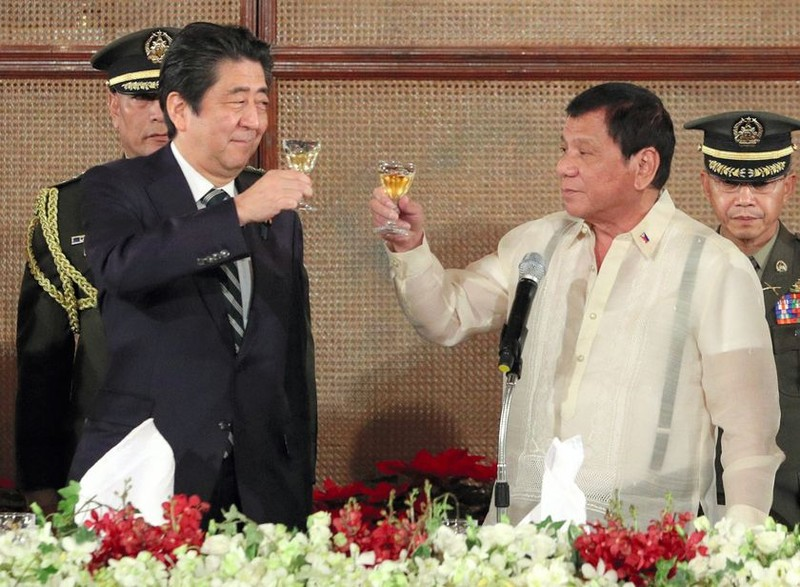 Thủ tướng Abe (trái) và Tổng thống Duterte trong bữa tiệc tối 12-1 tại tại dinh tổng thống ở Manila (Philippines). Ảnh: GETTY IMAGES