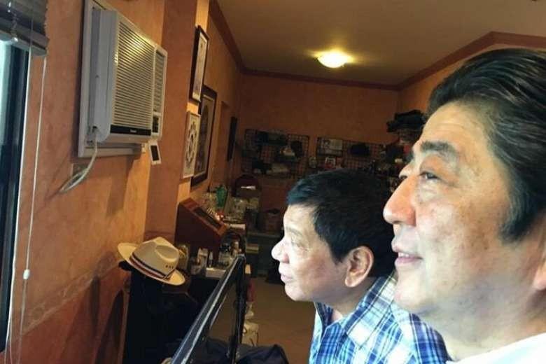Tổng thống Duterte (phải) và Thủ tướng Abe (giữa) tại Davao (Philippines) tại nhà riêng ông Duterte ở Davao (Philippines) ngày 13-1. Ảnh: FACEBOOK của trợ lý ông Duterte