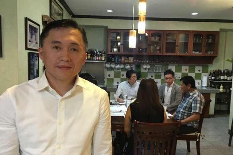 Trợ lý Tổng thống Duterte Christopher Go (phải), phía sau là ông Duterte (phải), Thủ tướng Abe (trái) tại Davao (Philippines) tại nhà riêng ông Duterte ở Davao (Philippines) ngày 13-1. Ảnh: FACEBOOK của trợ lý ông Duterte