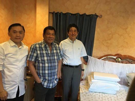 Thủ tướng Abe (phải) tham quan phòng ngủ của Tổng thống Duterte. Ảnh: FACEBOOK của trợ lý ông Duterte