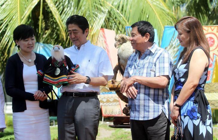 Tổng thống Duterte (thứ hai bên phải) và Thủ tướng Abe (thứ hai bên trái) trong lễ đặt tên cho một chú đại bàng ở Davao. Chú đại bàng được đặt tên là Sakura – một loài hoa của Nhật. Ảnh: REUTERS