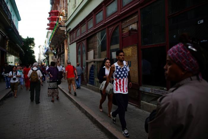 Một người mặc trang phục tin cờ Mỹ ở Havana (Cuba) ngày 12-1. Ảnh: REUTERS
