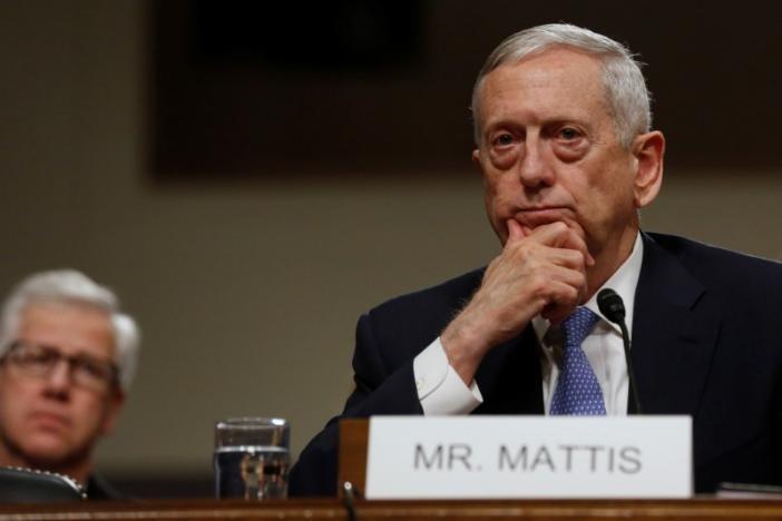 Tướng James Mattis (phải) điều trần trước Ủy ban Quân vụ Thượng viện tại Quốc hội ngày 12-1. Ảnh: REUTERS