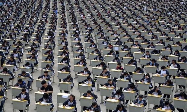 Học sinh một trường trung học ở huyện Y Xuyên (tỉnh Thiểm Tây, Trung Quốc) trong một kỳ thu. Ảnh: REUTERS