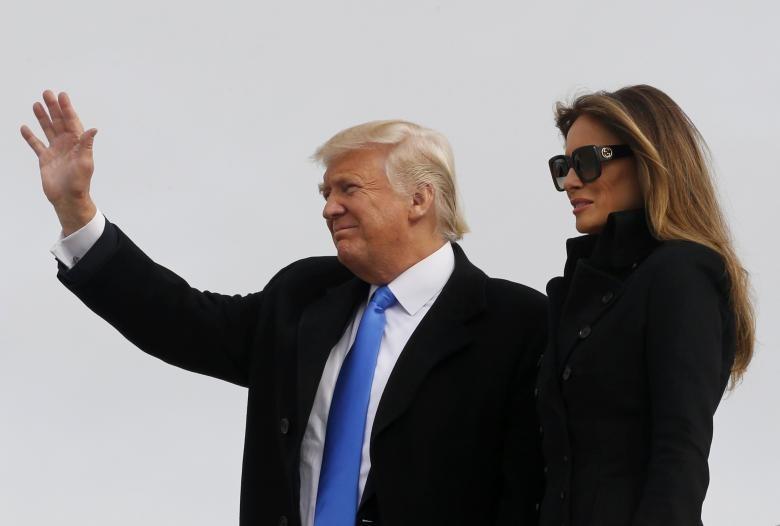 Ông Trump và vợ đến sân bay quân sự Joint Base Andrews ở thủ đô Washington (Mỹ) ngày 19-1. Ảnh: REUTERS