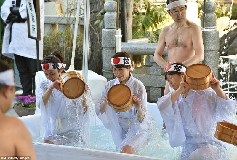 Phụ nữ cũng tham gia tắm băng với hy vọng được thanh lọc tâm hồn và thể xác để bắt đầu một năm mới đầy may mắn. Ảnh: AFP