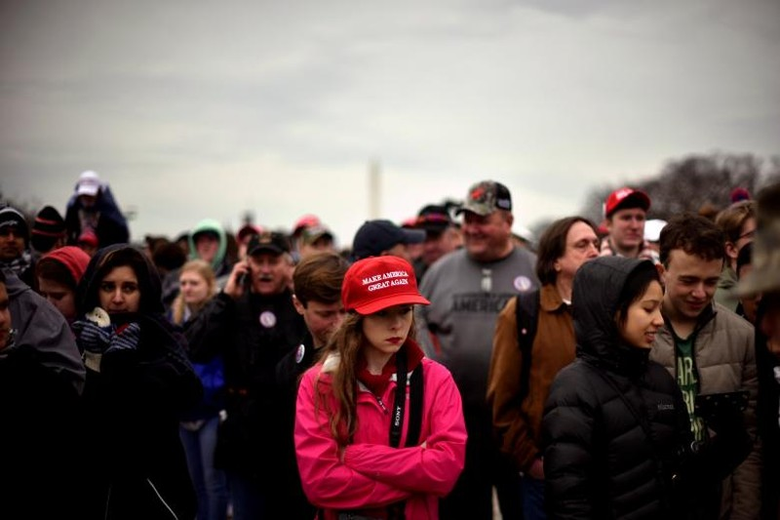 """Đội mũ đỏ """"Đưa nước Mỹ vĩ đại trở lại"""" trong lễ nhậm chức của ông Trump ở Washington ngày 20-1. Ảnh: REUTERS"""