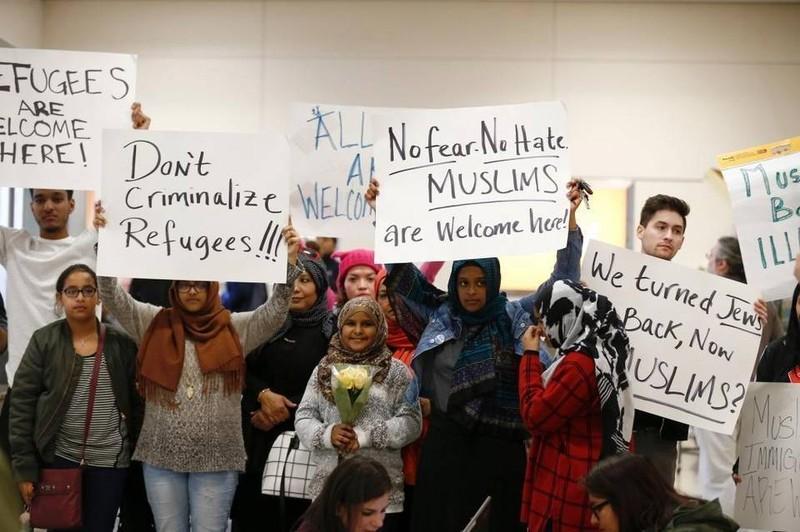 Biểu tình tại sân bay Dallas-Fort Worth (bang Texas, Mỹ) phản đối sắc lệnh cấm người 7 nước Hồi giáo vào Mỹ, ngày 28-1. Ảnh: MIAMI HERALD