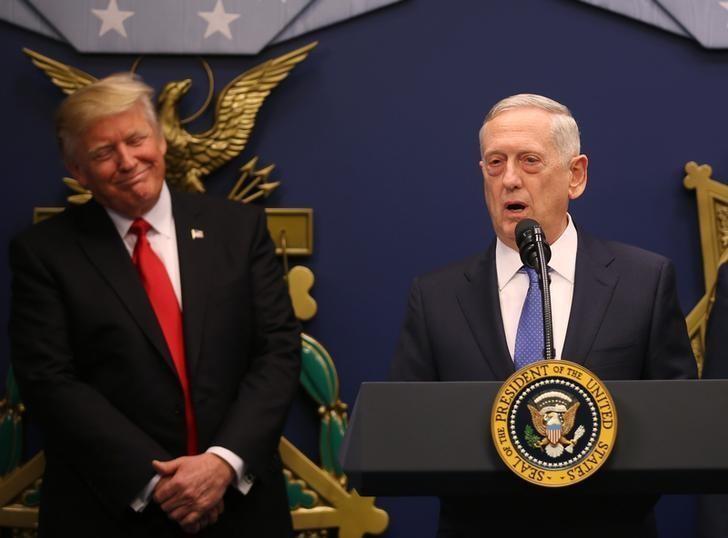Bộ trưởng Quốc phòng Mỹ James Mattis (phải) và Tổng thống Mỹ Donald Trump lúc Tướng Mattis tuyên thệ nhậm chức tại Washington ngày 17-1. Ảnh: REUTERS