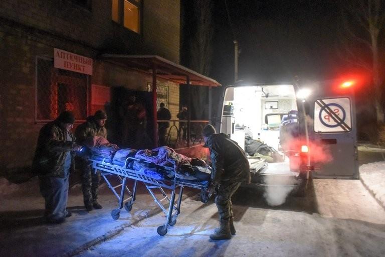 Binh sĩ chính phủ Ukraine bị thương trong giao tranh ở thị trấn Avdiivka (vùng Donbass, đông Ukraine) ngày 30-1. Ảnh: EPA