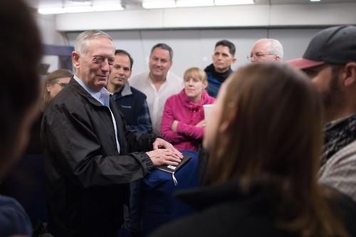 Bộ trưởng Quốc phòng Mỹ James Mattis trao đổi với báo chí trong chuyến bay từ Mỹ sang Hàn Quốc. Ảnh: YONHAP