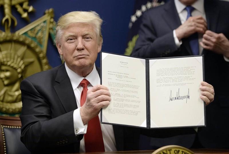 Tổng thống Mỹ Donald Trump trong buổi ký sắc lệnh hành pháp ngày 27-1. Ảnh: EPA