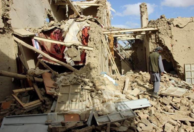 Hiện trường một vụ không kích tại tỉnh Kunduz (Afghanistan) do Mỹ thực hiện để truy quét Taliban ngày 11-4-2016. Ảnh: REUTERS
