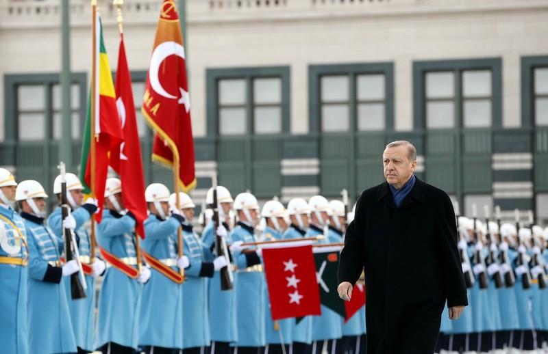 Tổng thống Thổ Nhĩ Kỳ Recep Tayyip Edogan duyệt binh danh dự tại dinh tổng thống ở Ankara (Thổ Nhĩ Kỳ) ngày 7-2. Ảnh:: REUTERS