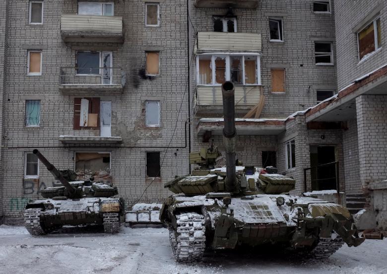 Xe tăng ở thị trấn Avdiyivka, vùng Donbass (đông Ukraine) ngày 2-2. Ảnh: REUTERS