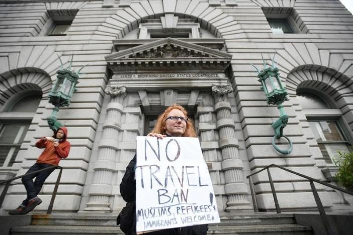 Biểu tình bên ngoài Tòa Phúc thẩm Mỹ khu vực số 9 ở San Francisco (California, Mỹ), phản đối lệnh cấm dân 7 nước Hồi giáo nhập cảnh vào Mỹ, ngày 7-2. Ảnh: REUTERS