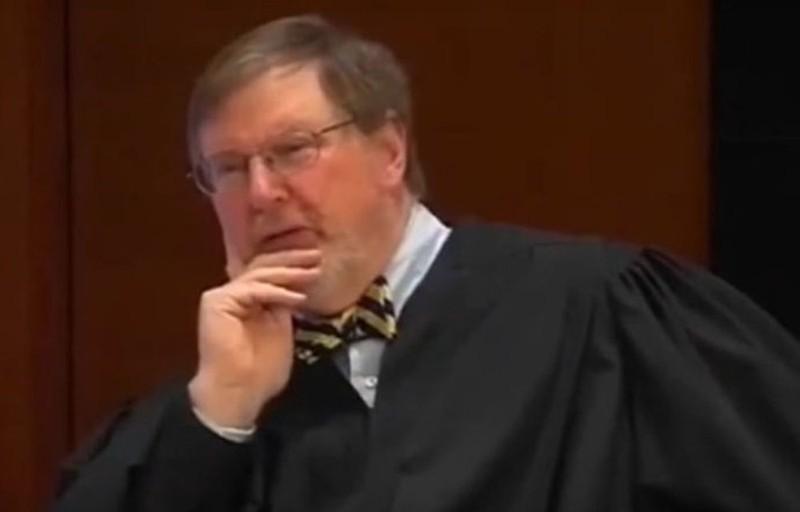 Thẩm phán James L. Robart – người ra lệnh hạn chế tạm thời sắc lệnh cấm Hồi giáo của ông Trump. Ảnh: CBS NEWS
