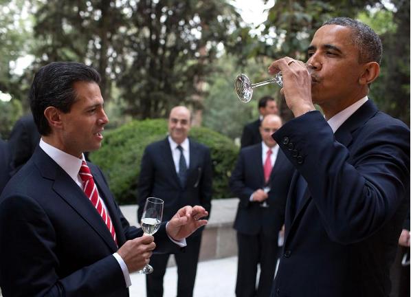 Tổng thống Obama cùng chạm cốc vui vẻ với Tổng thống Mexico Enrique Peña Nieto năm 2013. Ảnh: PETE SOUZA