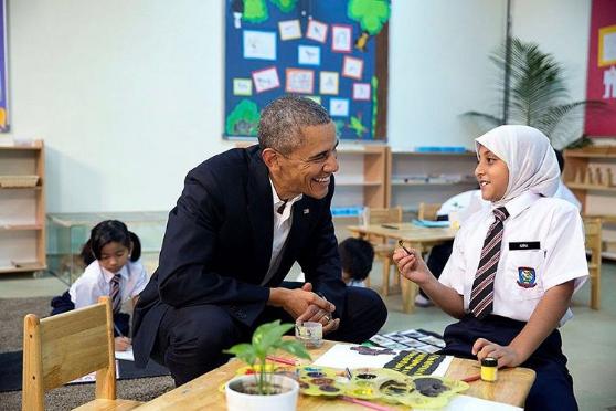 Tổng thống Obama gặp gỡ một em bé tị nạn. Ảnh: PETE SOUZA