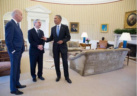 Tổng thống Obama gặp ông Merrick Garland, người được ông đề cử vào vị trí  thẩm phán Tòa Tối cao nhưng bị phe Cộng hòa phong tỏa. Ảnh: PETE SOUZA
