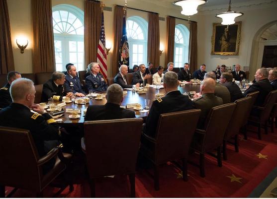 Nội các Obama họp trong rất nhiều đèn sáng. Ảnh: PETE SOUZA